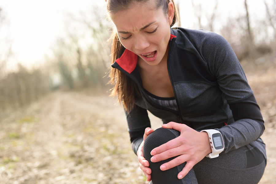 Female runner with hurting knee.